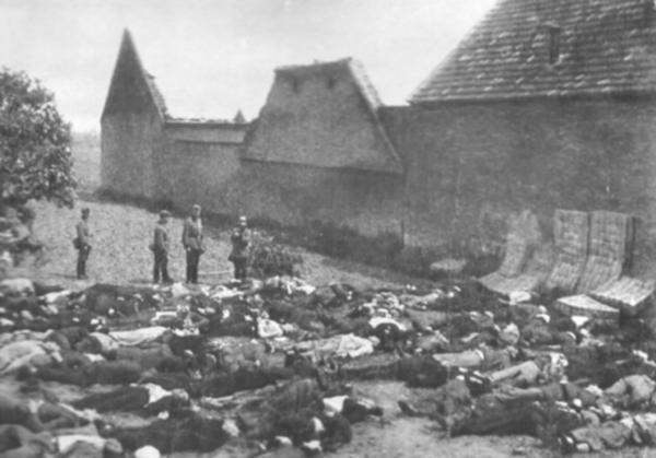 Жертвы расстрела на деревенской площади.
