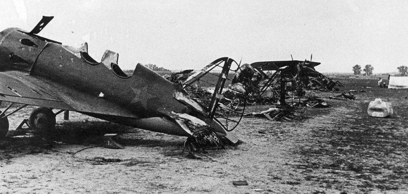 Остатки самолетов на аэродроме, после немецкого авианалета. Июль, 1941 г.