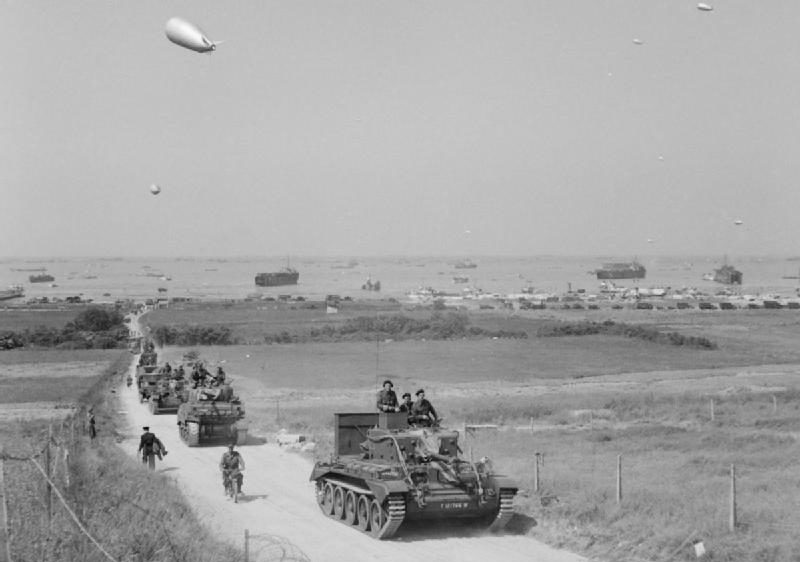 Британские танки продвигаются вглубь Золотого пляжа. 7 июля 1944 г.