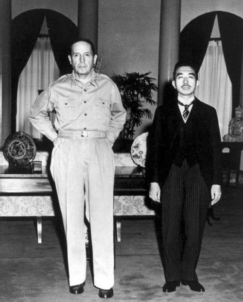 Макартур и император Японии Хирохито. Сентябрь 1945 г.