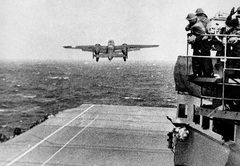 B-25 взлетает с палубы авианосца «Хорнет».