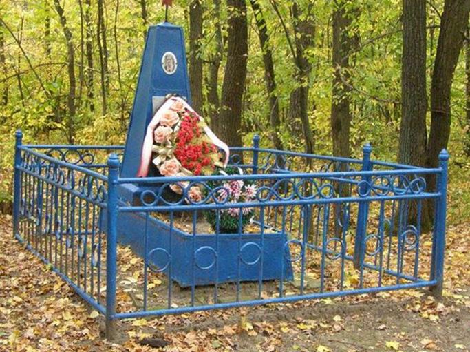 г. Валуйки. Памятник на могиле партизанки, учительницы Махортовой Е. Н., расстрелянной фашистами в 1942 году в районе Аэропорта.