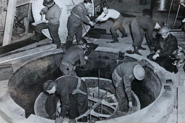 «Alsos» демонтируют экспериментальный немецкий ядерный реактор в Хайгерлохе. Апрель 1945 г.