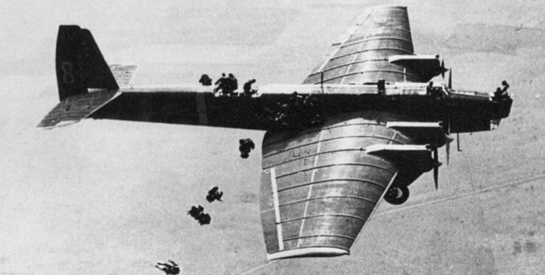 Выброс десанта из самолета ТБ-3.