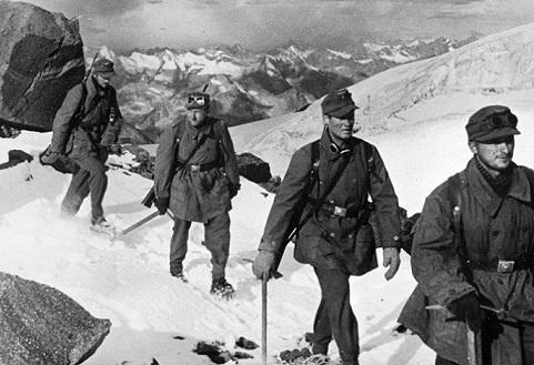 Немецкие горные стрелки во время восхождения на Эльбрус.