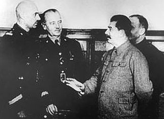 Слева направо, В. Андерс, В. Сикорский, И. В. Сталин и переводчик. Москва , 3 декабря 1941 года.