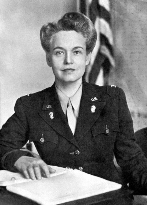 Первый директор WAАC - Овета Калп Хобби. 1942 г.