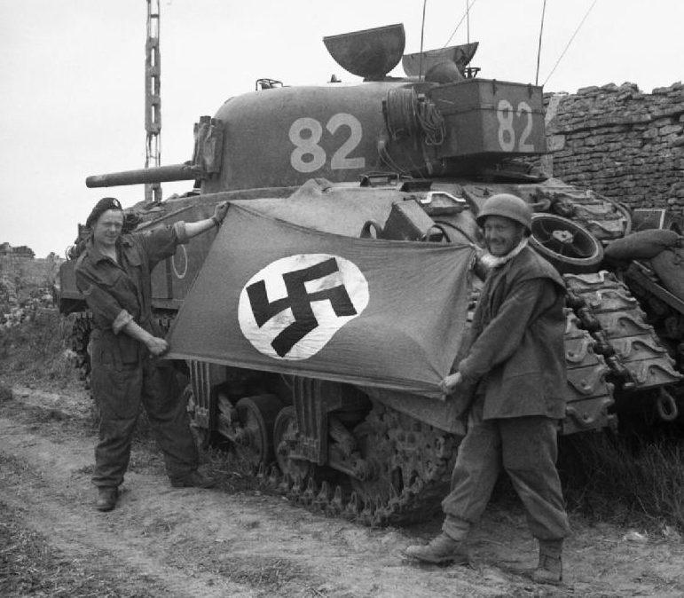 Немецкий флаг, захваченный британцами. 10 июля 1944 г.