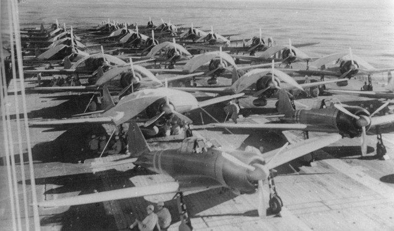 Команда «Zuikaku» обслуживает самолёты на полетной палубе авианосца. 5 мая 1942 г.