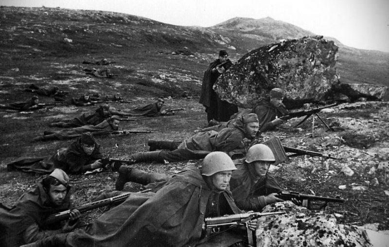 Бойцы 152-й дивизии в наступлении.