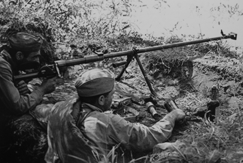 Советские бронебойщики в обороне.