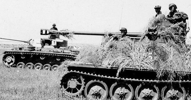 Самоходка и танк дивизии «Викинг» во время битвы за Кавказ.