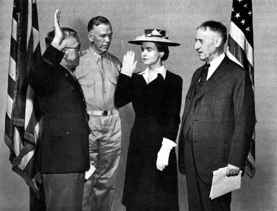 Приведение к присяге директора WAАC Хобби. 1942 г.