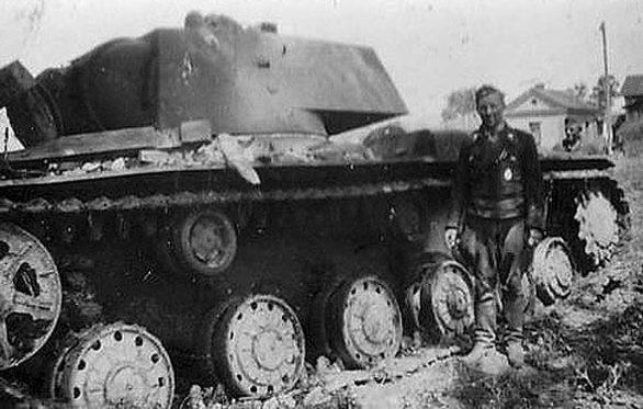 Подбитые советские танки на околице города. Июль 1941 г.