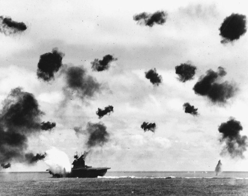 Авианосец «Йорктаун» под атакой японских самолетов.