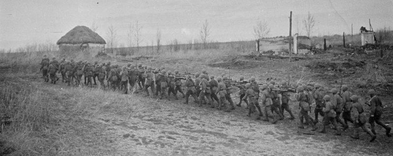 Подразделение бронебойщиков 5-го гвардейского танкового корпуса на улице деревни во время Воронежско-Ворошиловградской операции.