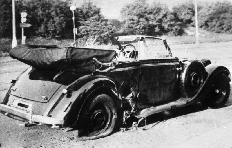 «Мерседес-Бенц» Гейдриха, стоящий на месте покушения. Прага, 27 мая 1942 г.