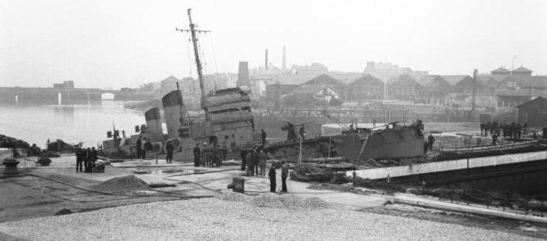 Эсминец «Кэмпбелтаун», проломивший вход в док.