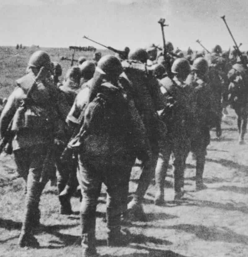 Красноармейцы идут на передовую под Майкопом. Август 1942 г.