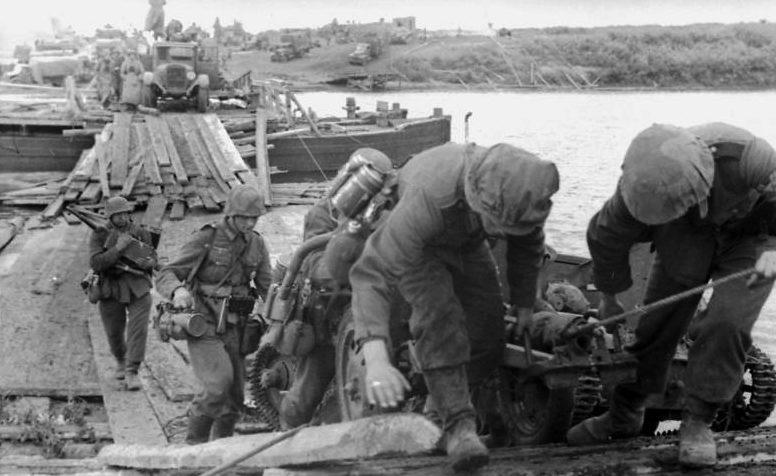 Немецкие войска форсируют реку.