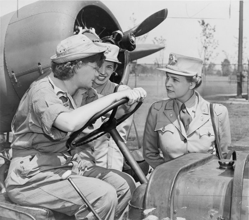 Директор WAАC Хобби с подчиненными на аэродроме. 1942 г.
