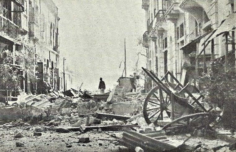 Улица города после японской бомбардировки.
