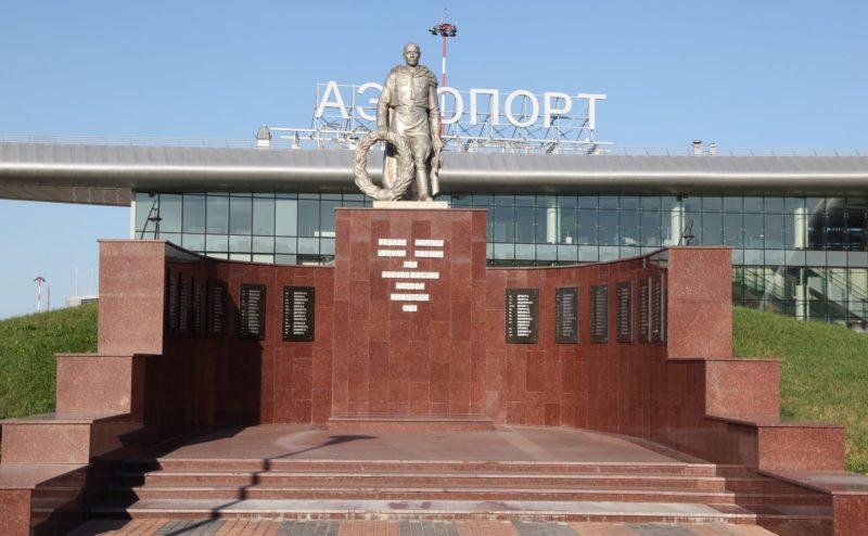 г. Белгород. Памятник «Павшим Героям» установленный на братской могиле у здания аэропорта в 1962 году в память о советских воинах, погибших при освобождении города летом 1943 года.