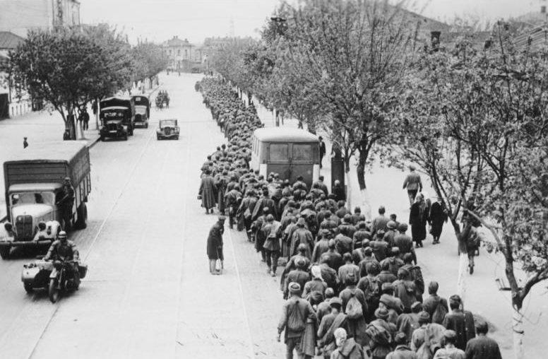 Советские пленные в Харькове из «Барвенковского котла». 29 мая 1942 г.
