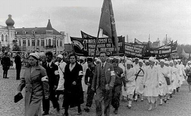 Первомайская демонстрация. 1942 г.