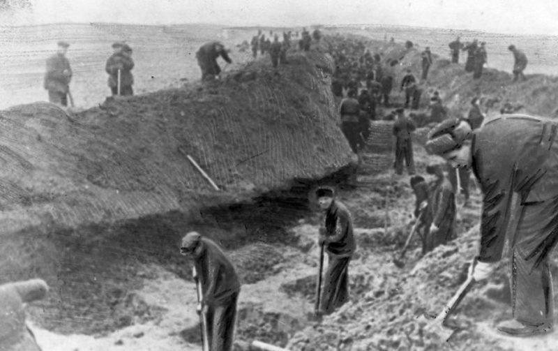 Горожане на строительстве противотанкового рва. Декабрь 1941 г.