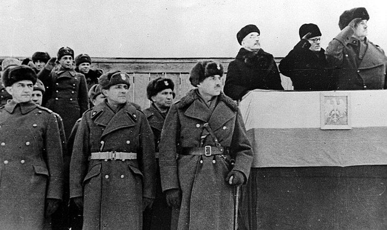На трибуне с польским флагом и гербом и рядом с ней генералы В. Сикорский, В. Андерс во время парада. Бузулук, декабрь 1941 года.