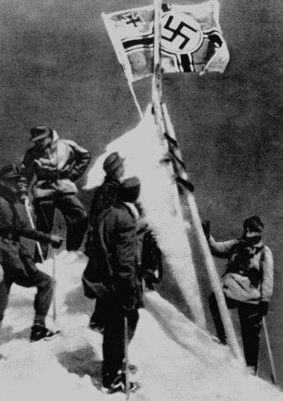 Немецкий флаг и вымпелы на Эльбрусе.