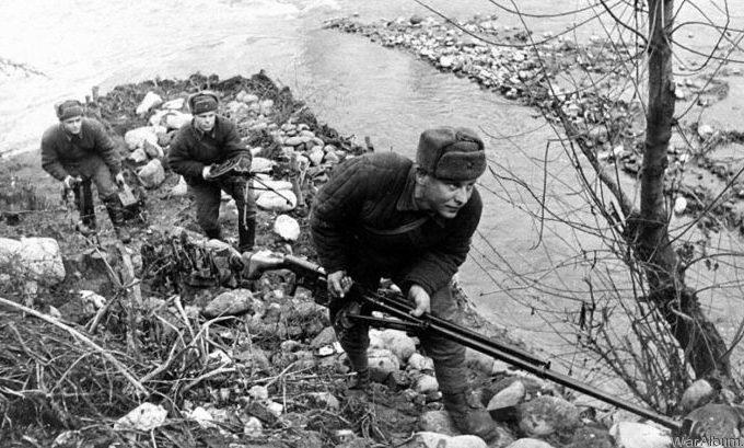 Советские бронебойщики и пулеметчик на берегу речки в обороне.