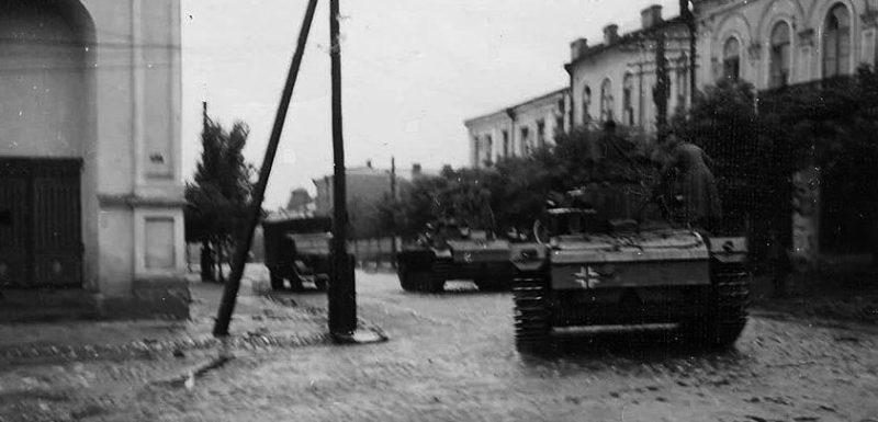Немецкие войска входят в город. Июль 1941 г.