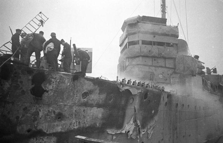 Немцы осматривают «Кэмпбелтаун» перед взрывом.