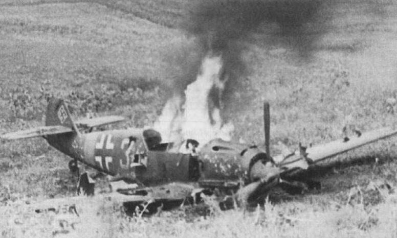 Сбитый немецкий истребитель Мессершмитт-109 под Тирасполем. 1941 г.