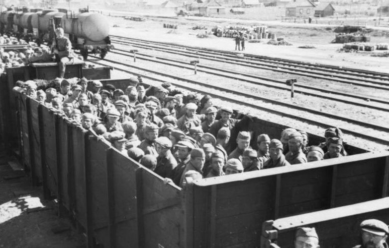 Советские военнопленные на ж/д станции. 1941 г.