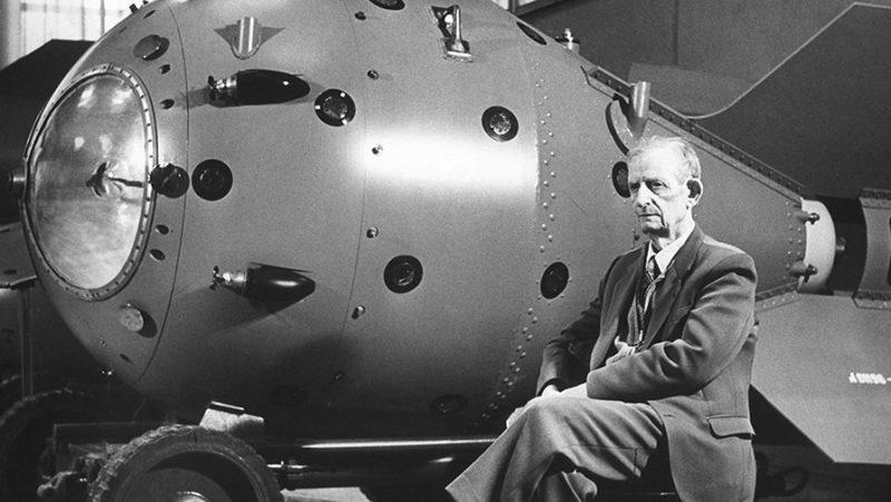 Один из руководителей советского проекта атомной бомбы Юлий Харитон у первой советской атомной бомбы РДС-1.