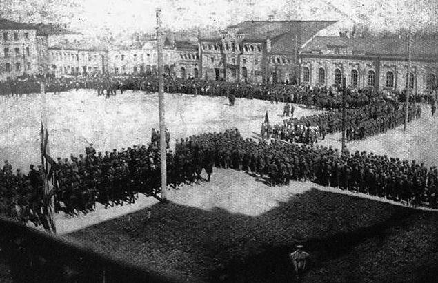 Воины 115-й кавдивизии перед отправкой на фронт на вокзальной площади в Нальчике. 1942 г.