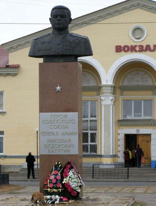 г. Валуйки. Бюст Героя Советского Союза Н.Ф.Ватутина, установленный перед железнодорожным вокзалом.
