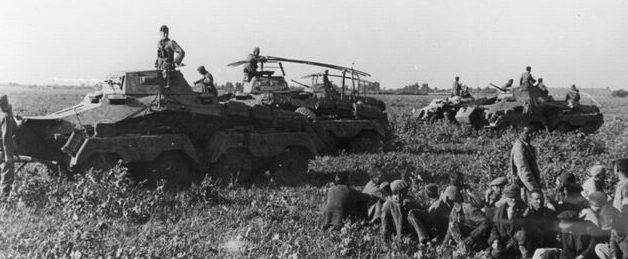 Пленные красноармейцы в районе Армавира. Август 1942 г.