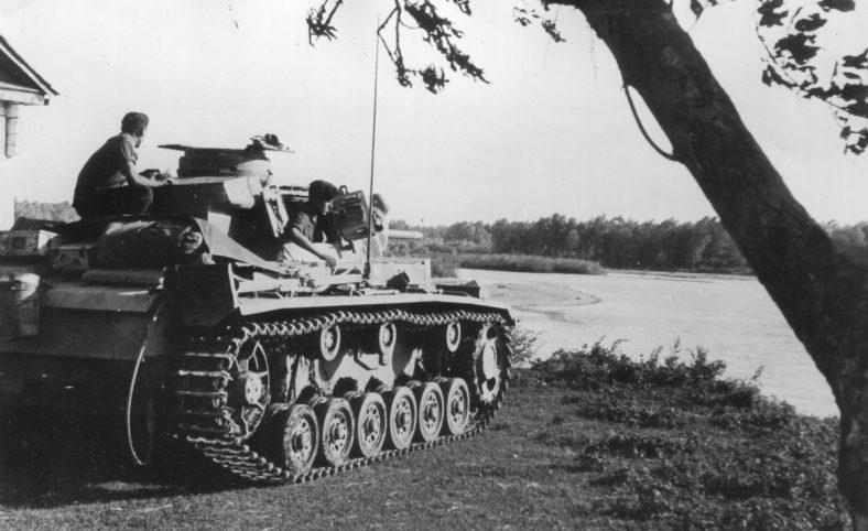 Немецкий танк у города. Август 1942 г.