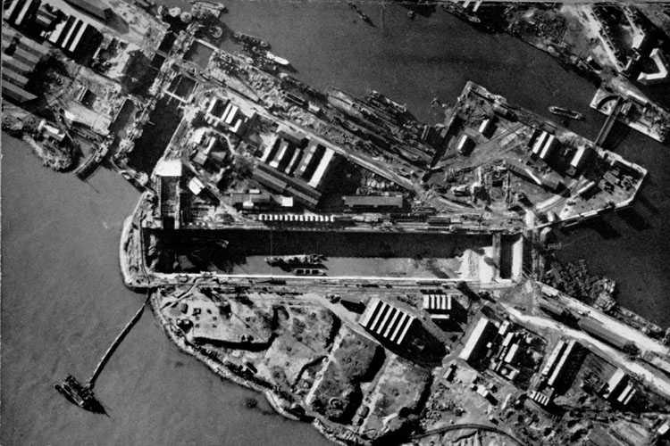 Аэрофотоснимок дока, сделанный через пару месяцев после операции «Колесница». Взорванныей эсминец «Campbeltown» все еще лежит в доке.