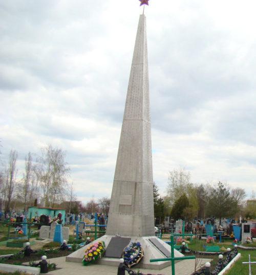 г. Алексеевка. Обелиск, установленный в 1975 году на городском кладбище №2 на братской могиле, в которой похоронено 42 советских воина, в т.ч. 6 неизвестных.