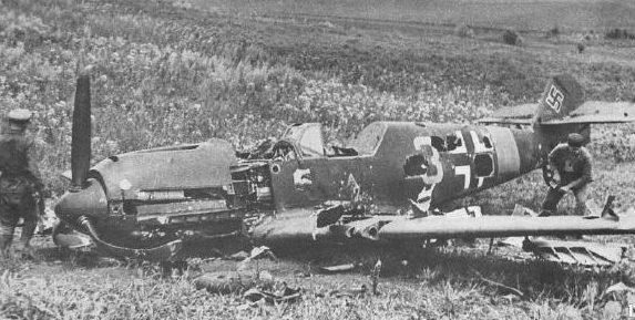 Летчики Тираспольского аэродрома рассматривают сбитый немецкий самолет. Июнь 1941 г.