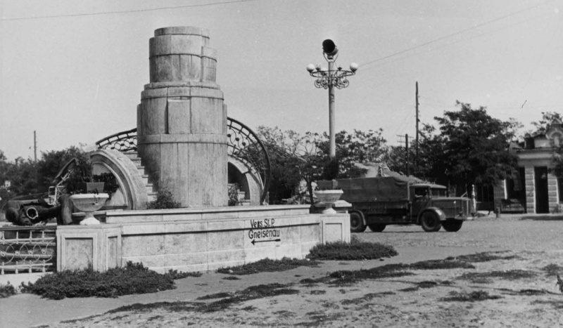 Разрушенный оккупантами памятник В.И. Ленину. Сентябрь 1942 г.