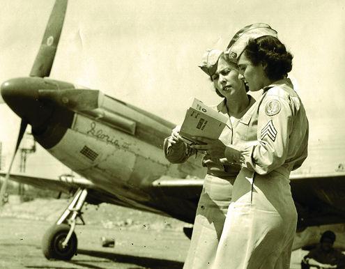 Военнослужащие WAC на обслуживании самолета.