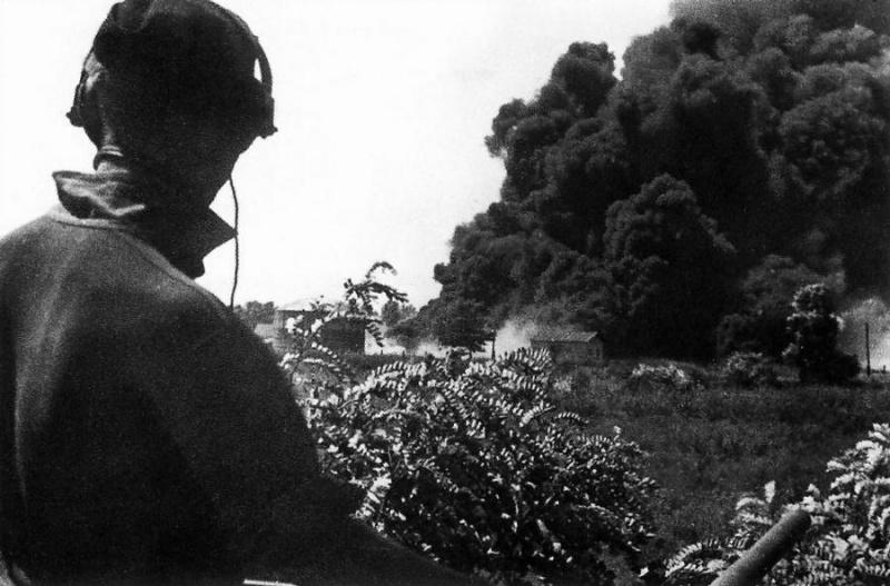 Немецкие танкисты наблюдают за горящим нефтехранилищем в районе Майкопа. Август 1942 г.