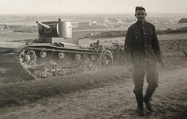 Брошенные советские танки у еврейского кладбища. Июль 1941 г.