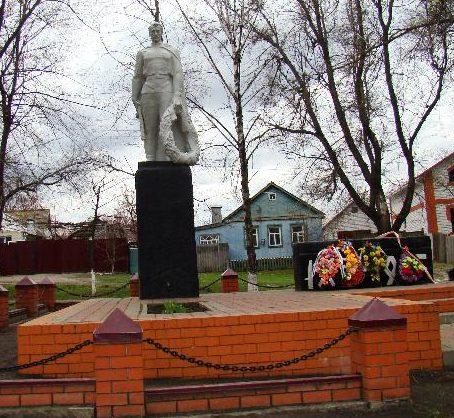 г. Алексеевка. Памятник по улице Чкалова, установленный в 1974 году у здания школы №6 погибшим воинам в годы войны.